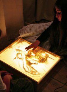 Соня с Лёвой рисуют песком